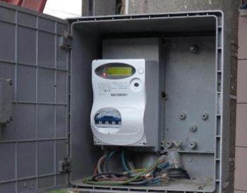 Gli piombano il contatore dell'Enel e lui ruba energia elettrica dall'azienda vicina, denunciato