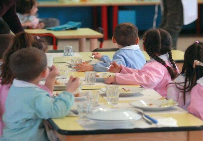 Vermi vivi su piatti dei bambini alla mensa scolastica di Viguzzolo. E chi gestisce zitto..