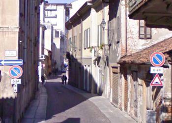 Cadono calcinacci in centro a Tortona, ma per fortuna non passava nessuno