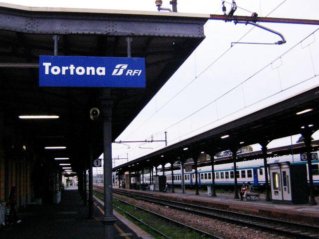 A Tortona un giovane nigeriano di 24 anni muore cadendo sotto un treno