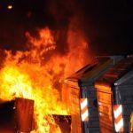 Quattro cassonetti a fuoco nella notte a Gremiasco: vandali o fatalità?