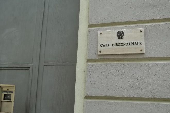 Rivalta Bormida, agli arresti domiciliari per aver tentato di uccidere il parroco, minaccia uno dei testimoni e finsice in carcere
