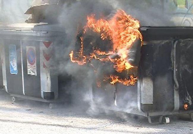 Vandali a Casale nella notte, bruciano tre cassonetti dei rifiuti