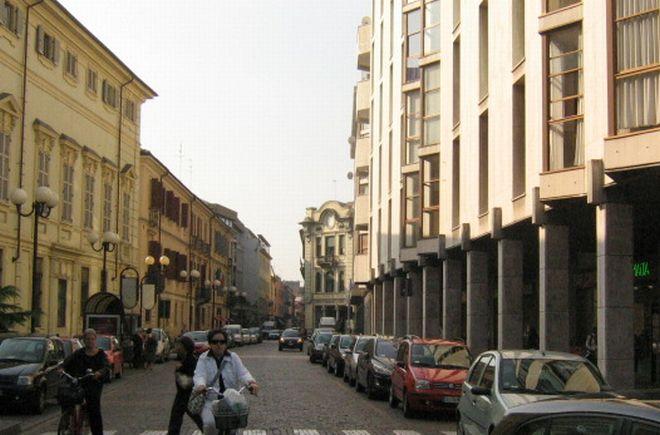 Alessandria, uomo mezzo nudo cammina di notte sui tetti di via Cavour lanciando tegole sulle auto