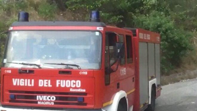 Grave incendio in una legnaia a San Salvatore Monferrato, nove ore di lavoro per i Vigili del fuoco