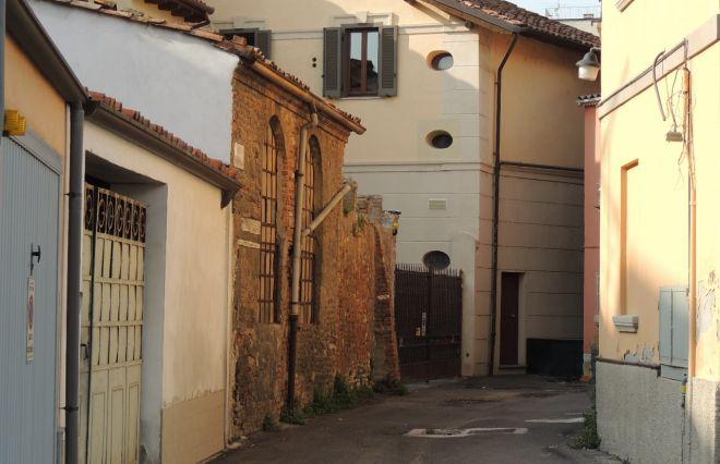 Problemi in vicolo Ossonella a Tortona: pendenze sbagliate e maleducazione di alcuni tortonesi