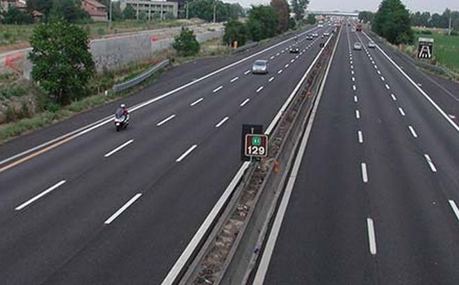 Viaggia contromano in autostrada e con un tasso alcolemico quasi 6 volte oltre la norma, bloccato a Casale