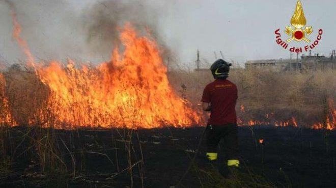 Incendio sulla linea ferroviaria fra Tortona e Voghera, treni in forte ritardo e duro lavoro dei pompieri