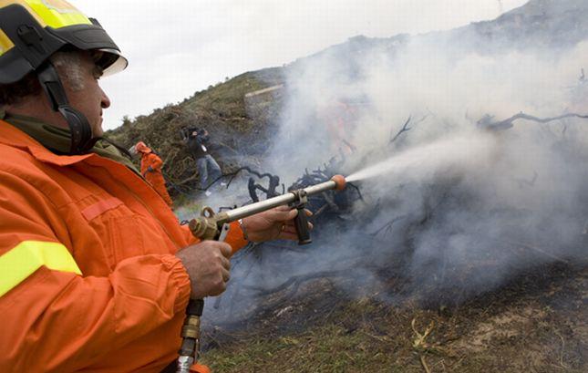 Incendio a Pontedassio, le fiamme lambiscono le case, ma i pompieri le stanno spegnendo