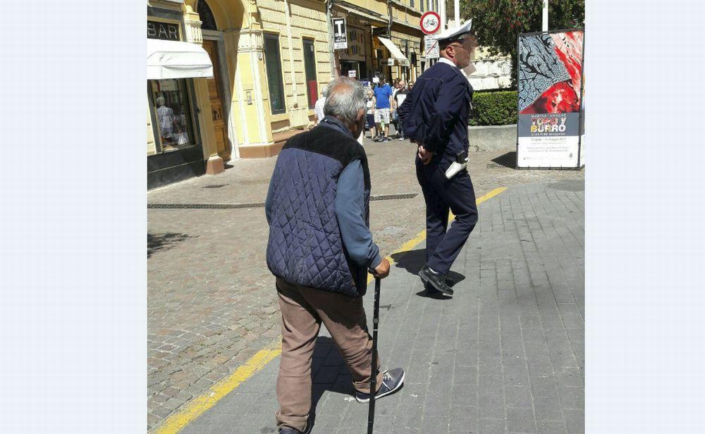Diano Marina inflessibile contro i mendicanti: pensionato di 70 anni multato e allontanato perché chiedeva l'elemosina