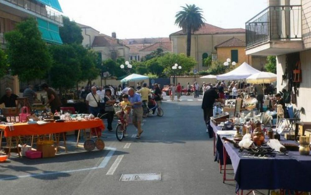 """Domenica a Diano Marina torna """"Diano Colleziona"""" mercato di antiquariato e collezionismo"""