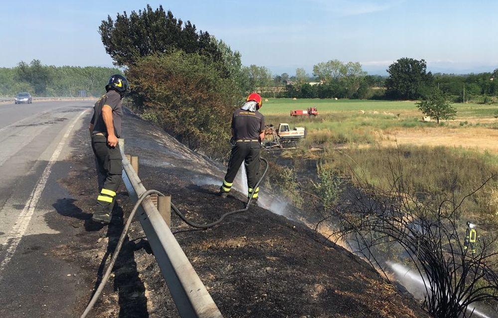 I Vigili del Fuoco di Tortona spengono un incendio sulla statale per Alessandria che ha mandato in fumo 3 mila  mq di sterpaglie