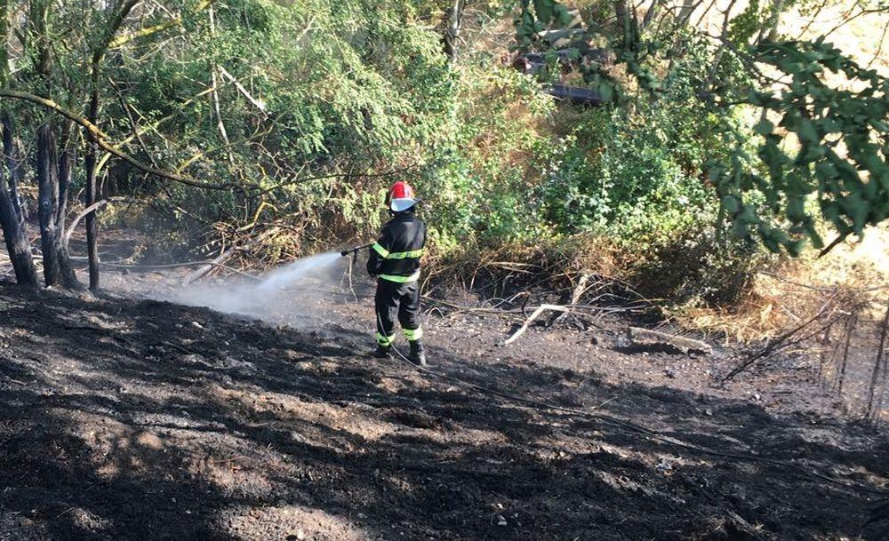 Incendio di sterpaglie in strada Paghisano a Tortona