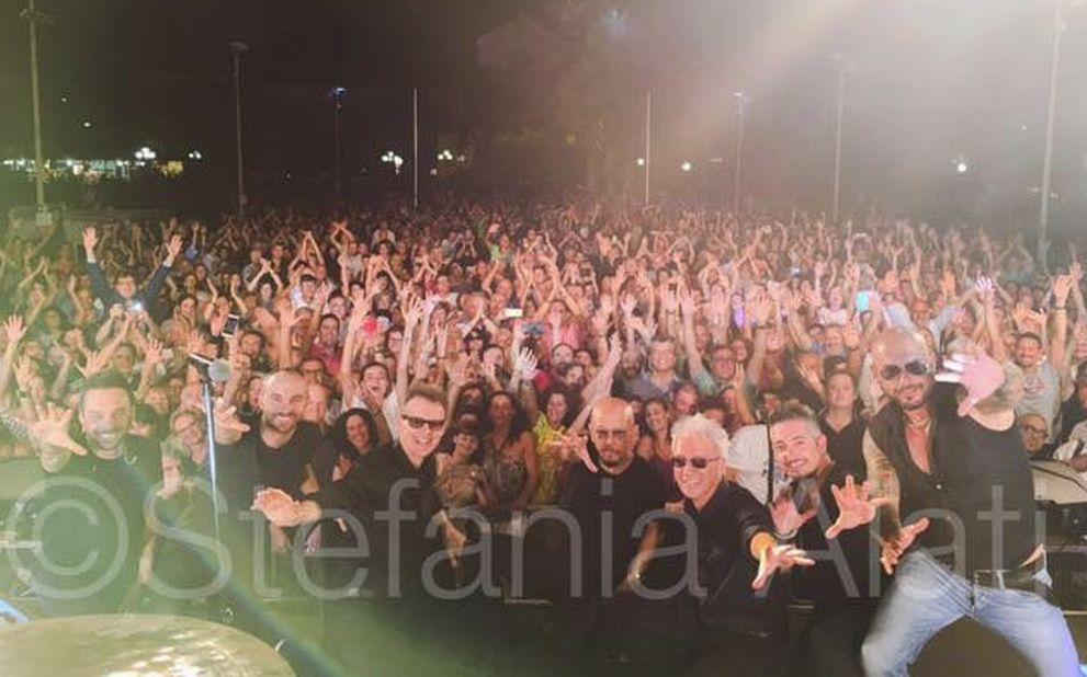 """Quasi 3 mila persone a Diano Marina per Enrico Ruggeri che ringrazia: """"Sono senza parole…grazie a tutti, un concerto da incorniciare!"""""""