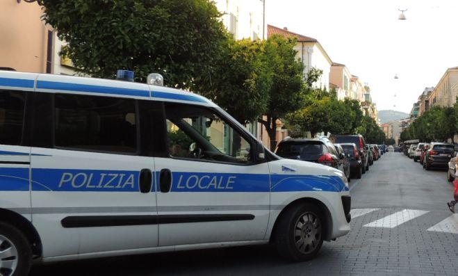 A Diano Marina in due alloggi abitavano ben 25 stranieri forse venditori abusivi, intervengono i Vigili Urbani