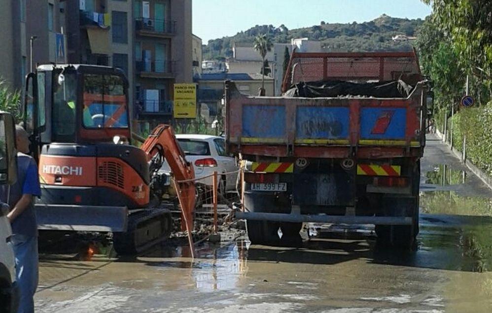 A Diano Marina la perdita all'acquedotto in via Novaro è ancora aperta ma non ci saranno interruzioni di acqua, la strada a senso unico alternato