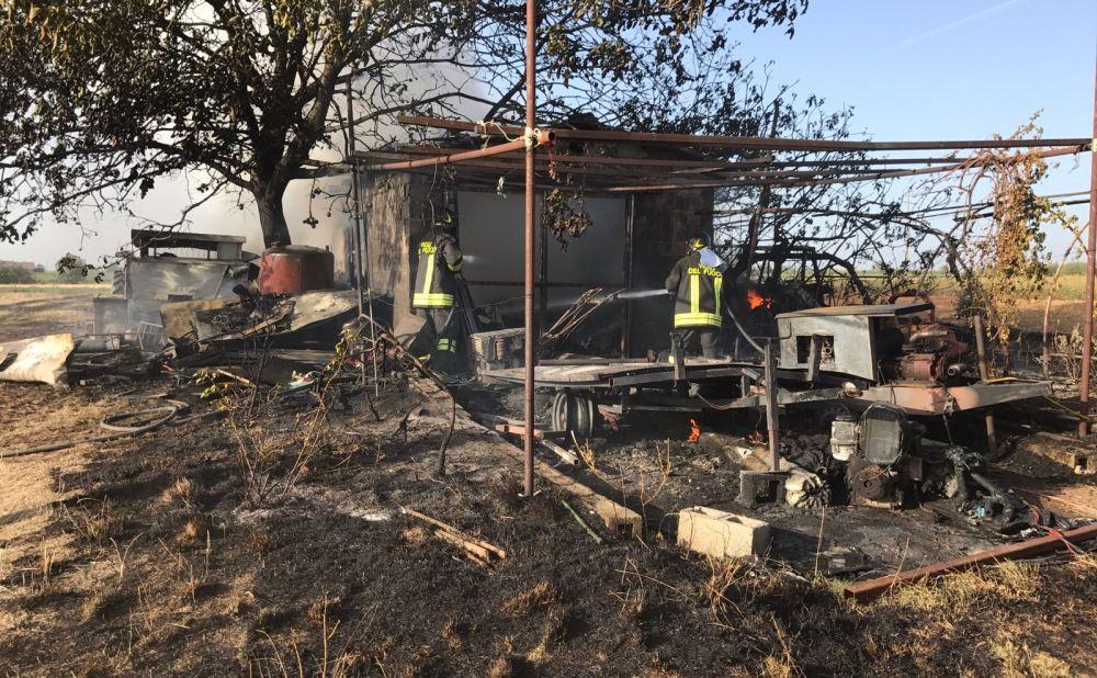 Maxi incendio a Viguzzolo, brucia un trattore, un auto, un capanno e diverse sterpaglie. Aleggia lo spettro del piromane?
