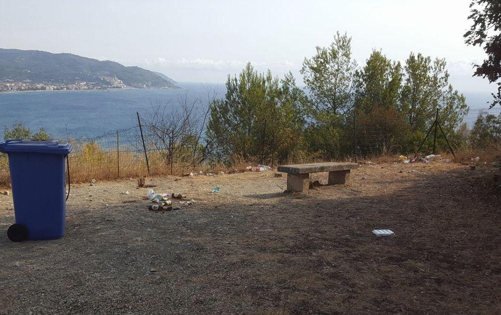 Capo Berta a Diano Marina, gli incivili hanno lasciato il segno: c'è il bidone ma i rifiuti lasciati per terra