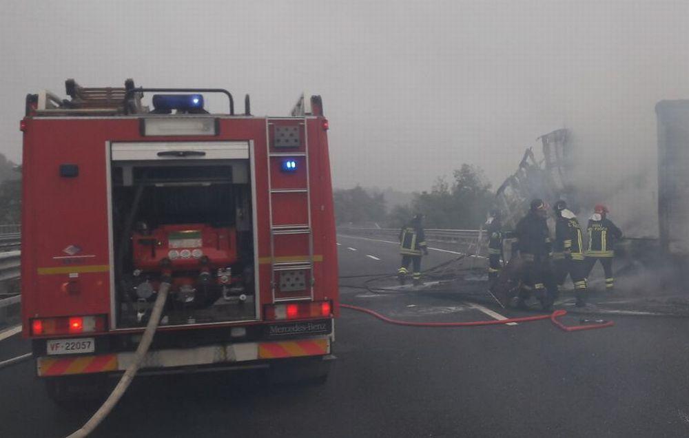Camion a fuoco sull' A/21 alla periferia di Alessandria. Oltre 10 ore l'intervento dei pompieri