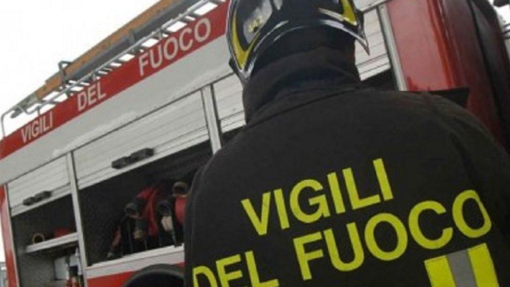 Palo dell'enel crolla a Caldirola, i pompieri lo delimitano ma la gente passa ugualmente