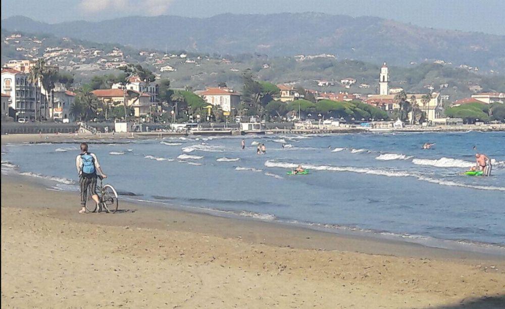 Incredibile ma vero: ieri a Diano Marina qualcuno faceva ancora il bagno. Ultimi echi di una stagione strepitosa