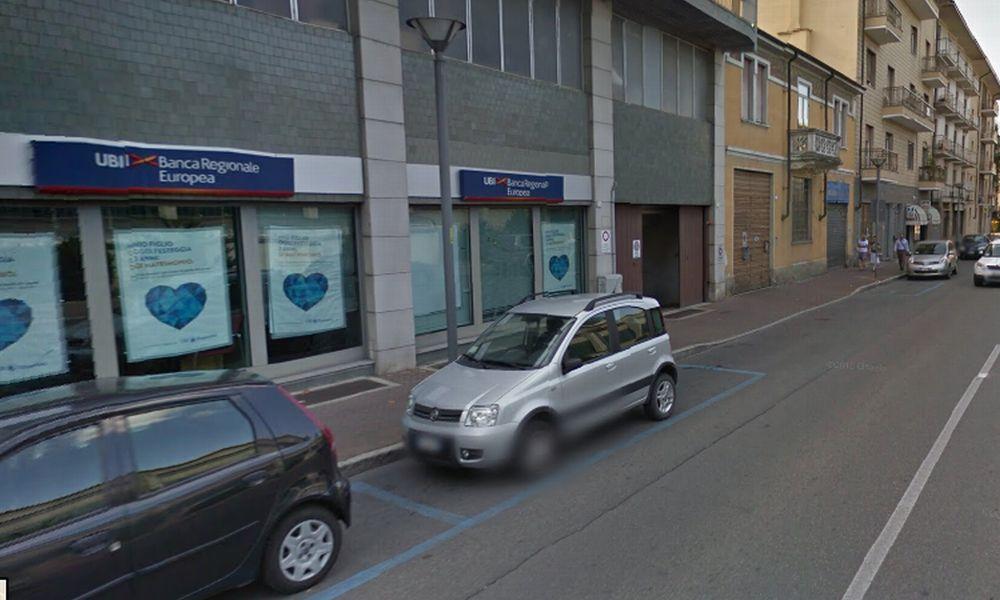 Armati di pistola e col passamontagna fanno irruzione alla Ubi banca di Tortona, sequestrano gli impiegati e rubano 250 mila euro