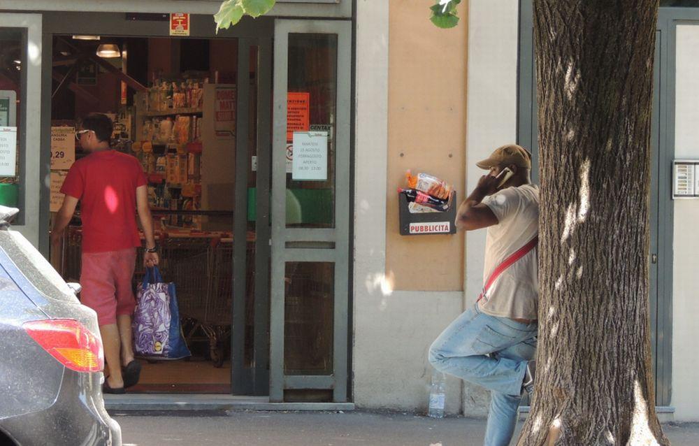 Tortonese rientra dalle vacanze e rimane stupito per i tanti stranieri che chiedono l'elemosina o vendono oggetti