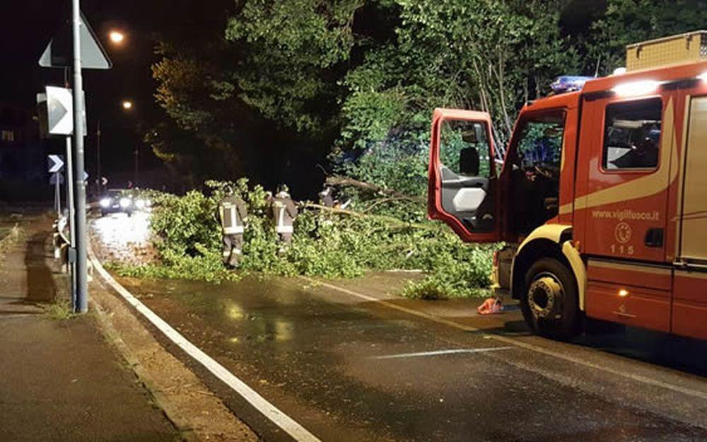 Notte da incubo per i Vigili del Fuoco di Tortona in giro per le valli a rimuovere rami e piante caduti sulle strade