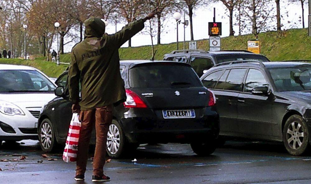 Novi Ligure, arriva la Polizia ed è un fuggi fuggi di parcheggiatori abusivi
