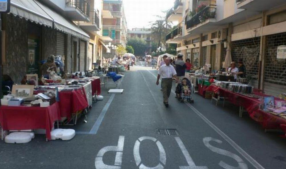 """A Diano Marina domenica ritorna """"Diano Colleziona"""" mostra mercato di antiquariato"""