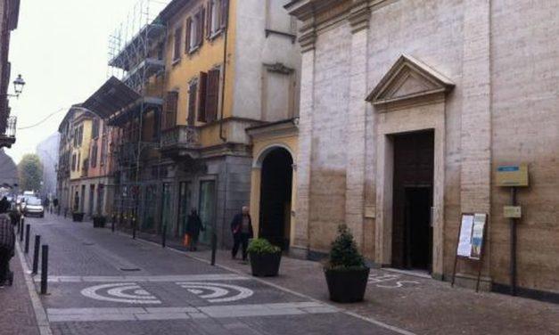 Mentre passeggia in via Emilia a Tortona, si accascia al suolo e muore davanti alla chiesa di San Matteo, inutili i soccorsi