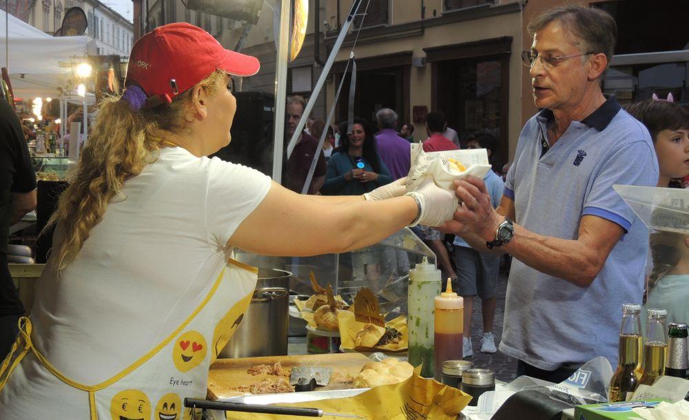 """Da Venerdì a Tortona, per tutto il week end torna lo Street Food con """"Platea Cibis"""" e si mangiano prelibatezze in strada"""
