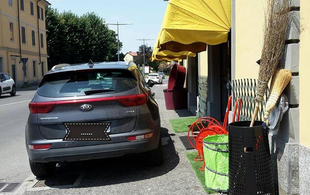 La nuova moda di Tortona: parcheggiare l'auto davanti a un negozio per andare a comperare da un'altro