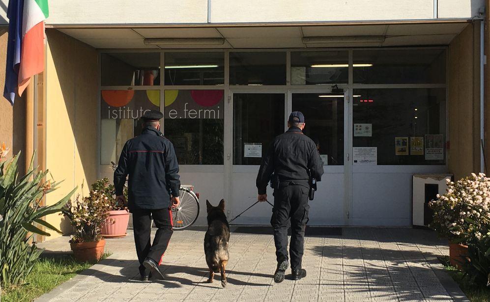 """""""Scuole sicure"""": blitz dei carabinieri di Ventimiglia e del nucleo cinofili di Villanova d'Albenga."""