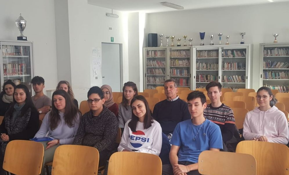 """Tortona, gli studenti del concorso """"Diventiamo Cittadini Europei""""  incontrano Paolo Repetto"""