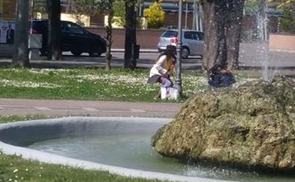 """Dopo l'uomo la donna: prima di entrare nella Casa di Accoglienza di Tortona fa i suoi bisogni ai """"soliti"""" giardini"""