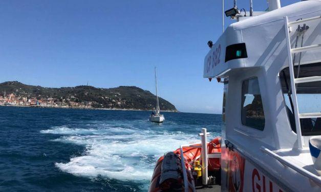 La Guardia costiera di Imperia salva 4 adulti e tre bambini che erano naufragati