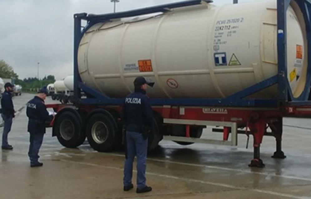 Furto di gasolio dai camion: due autisti rumeni arrestati dalla Polizia Stradale di Alessandria sull' A21