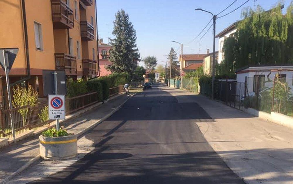 Con questo modo di asfaltare a Tortona si aggiustano più strade