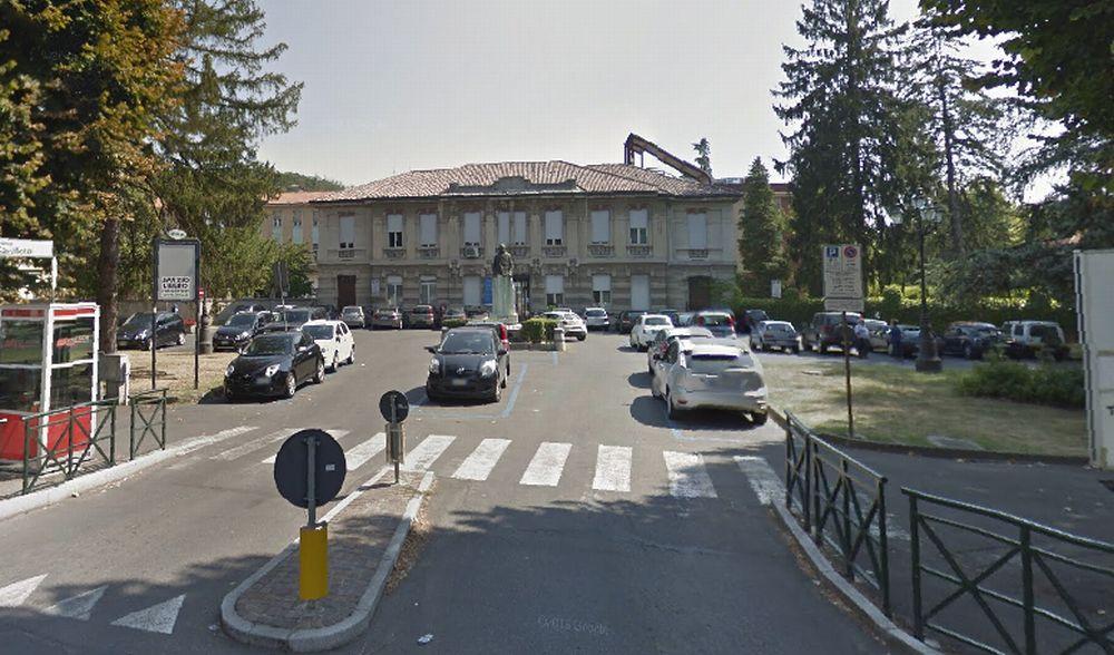Spacca il vetro di un'auto parcheggiata davanti all'ospedale di Tortona per rubare, preso
