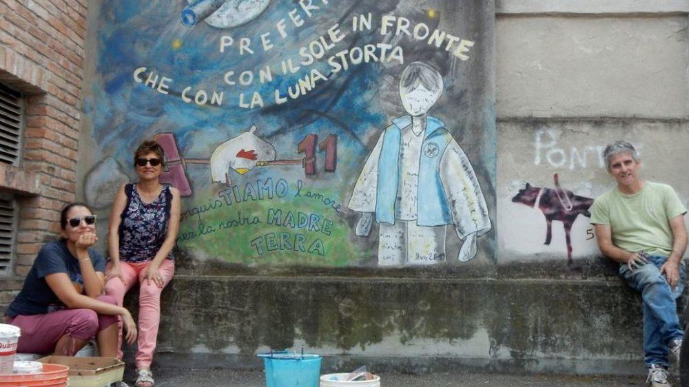 """A Pontecurone la famiglia Falchetto commemora la conquista della Luna col murale """"La Luna storta"""""""