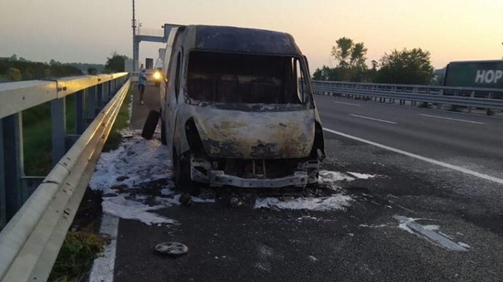 Questo furgone distrutto dalle fiamme alla periferia di Tortona