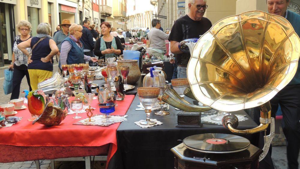 La Fiera delle anticaglie a Tortona si conferma sempre un successo. Alcune immagini