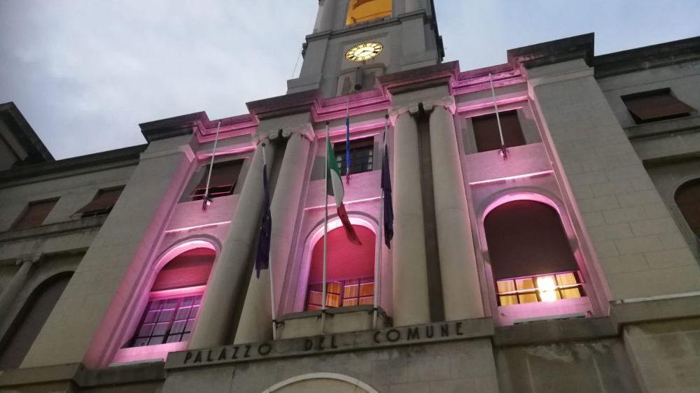Il municipio di Imperia illuminato di rosa