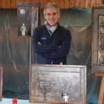 Il tortonese Fabrizio Falchetto con l'omino di carta espone le sue opere a Voghera