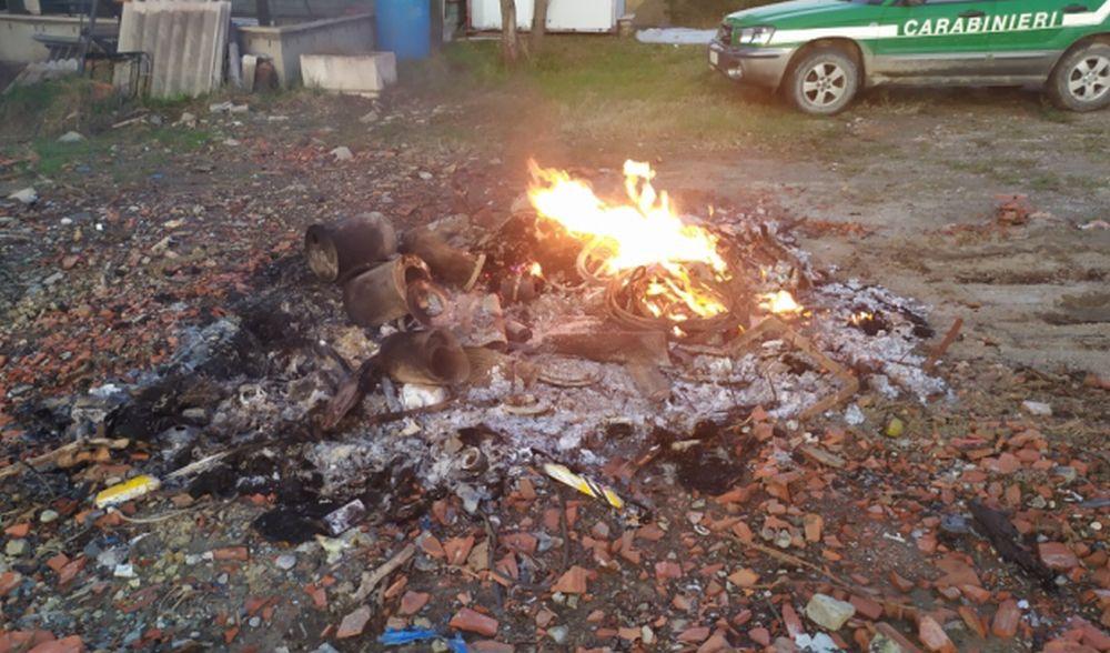 Brucia rifiuti tra Mornese e Bosio, denunciato dai Forestali un italiano