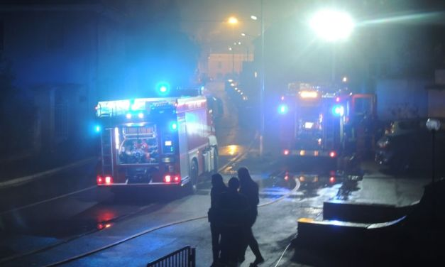 Fuoco in un palazzo a Tortona, gravi i danni ma i pompieri evitano il peggio. Le immagini