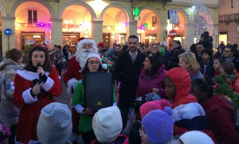 Ieri a Tortona accesi gli alberi di Natale, domani al via le iniziative natalizie che sono ben 24. Le immagini