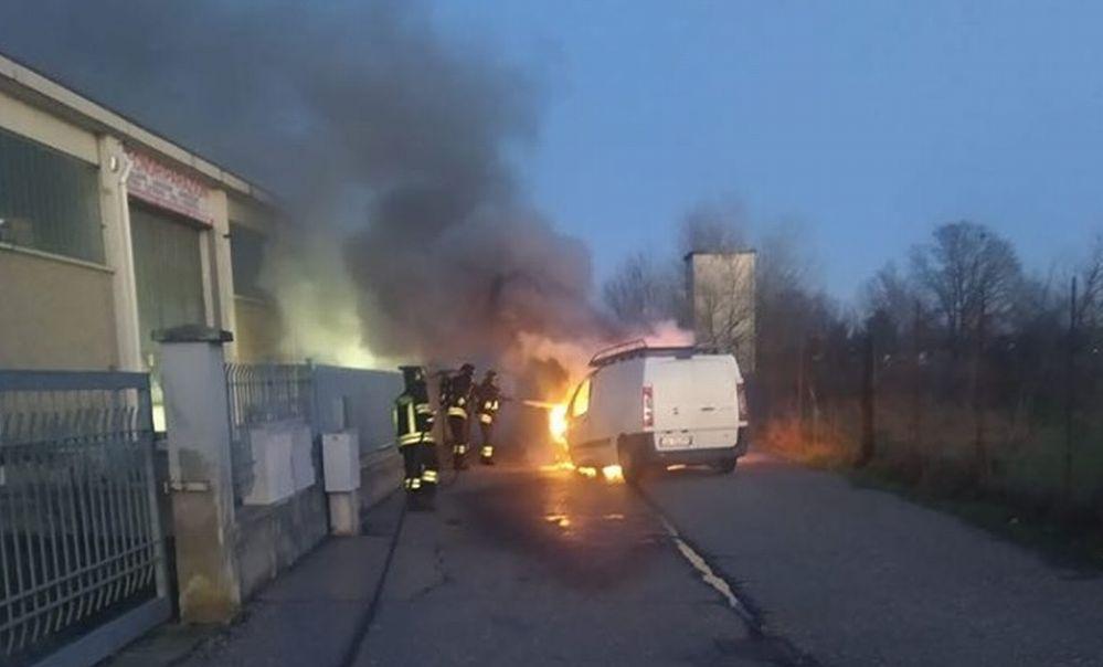 Questo furgone andato a fuoco a Sale nella giornata di domenica