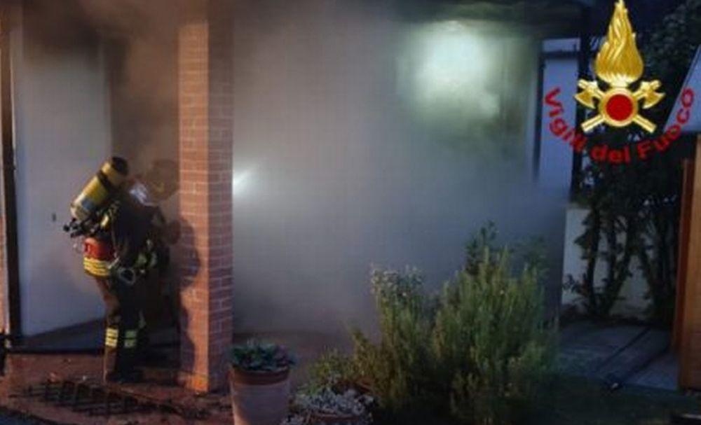 Incendio devasta abitazione a Fabbrica Curone, distrutto un portico, un carro e un fuoristrada
